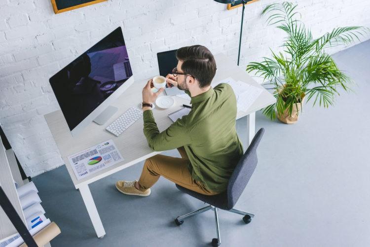 Mann arbeitet am Schreibtisch im Home Office